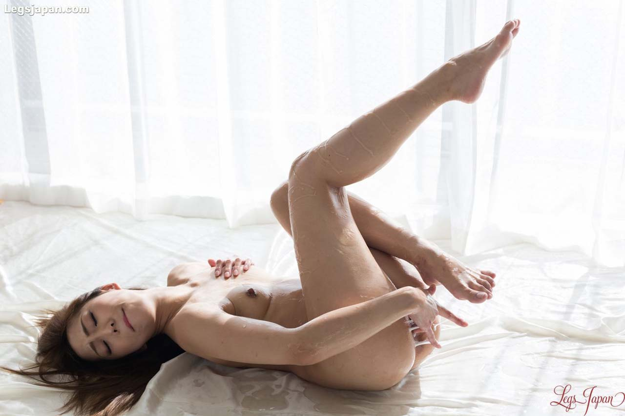 Juri Kisaragi Liquid Masturbation. A Leg Fetish video with a nude Japanese AV model, uncensored at LegsJapan.