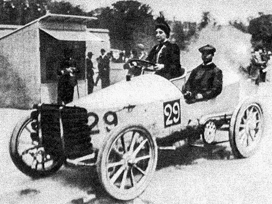 Paris–Madrid 1903 – Camille du Gast pilots her 30 hp De Dietrich, with starting number 29. Her upright seating position has been ascribed to the corsetry that the fashion of the time demanded.